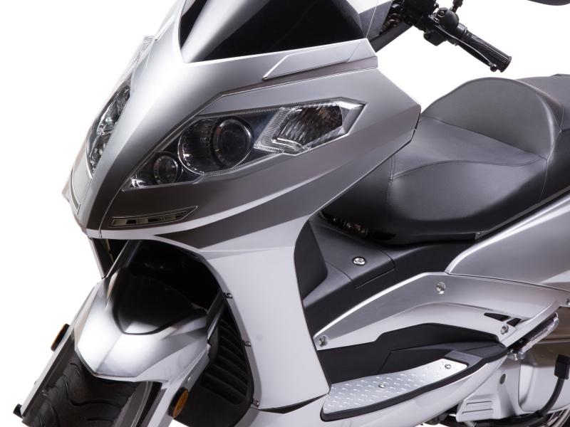 E-Roller mit 120 km/h Frontansicht